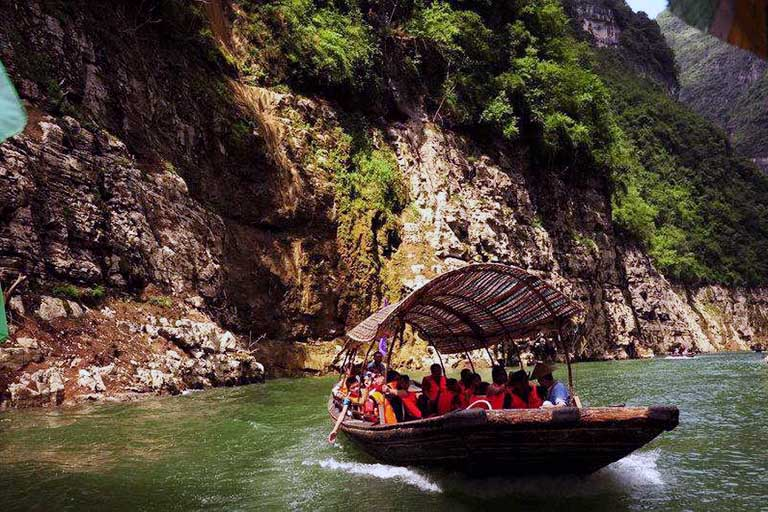 Tourists Experience in Lesser Three Gorge