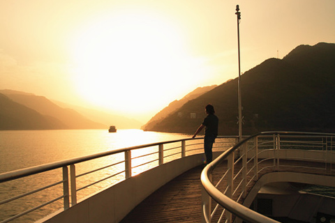 Cruise on Yangtze River and see the sunset
